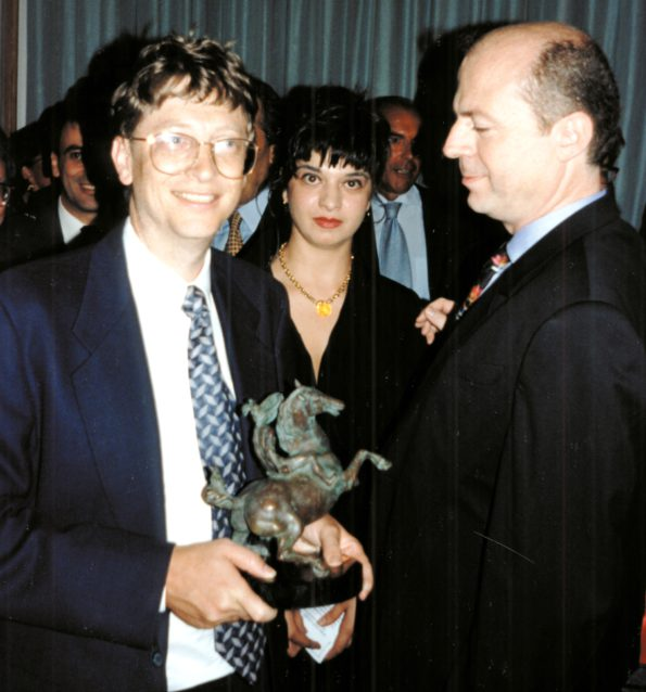 Agnese Sabato and Alessandro Vezzosi with Bill Gates and award Sabachnikof, 1994