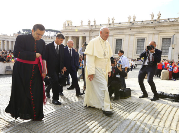 Roberto Strano photographing Pope Francis